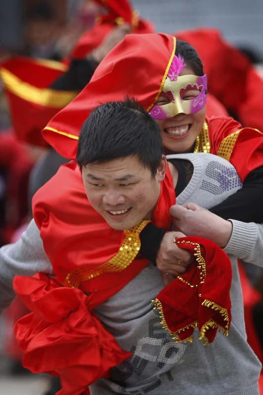 """浙江举办""""背媳妇""""比赛庆祝妇女节"""