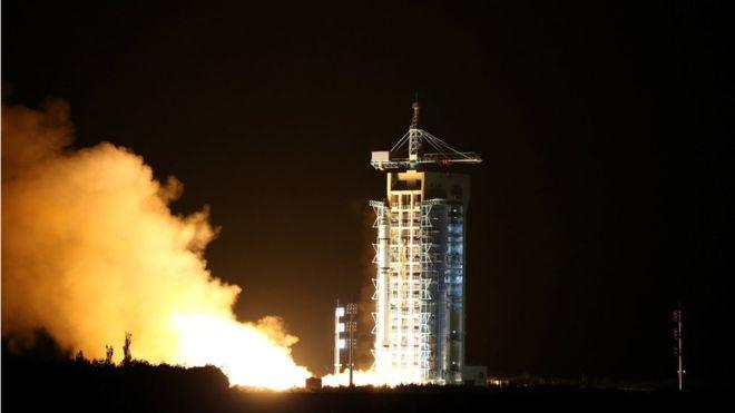 """中国成功发射全球首颗量子通讯卫星""""墨子号"""""""
