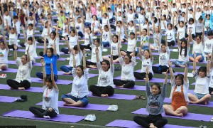 重庆千名高三学生集体练瑜伽缓解高考压力