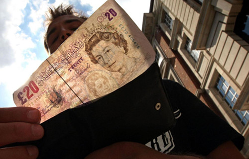 太委屈:英国一女子在商店地上捡到20英镑未归还被判盗窃罪