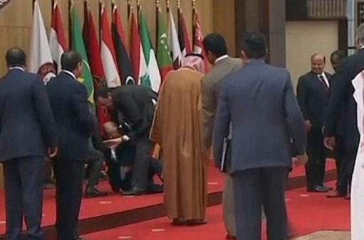 大写的尴尬:黎巴嫩总统话还没说就摔一跤