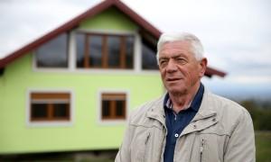 72岁老人为妻子打造旋转房屋,可实现360度自由观景